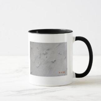 Empreintes de pas dans le sable mug