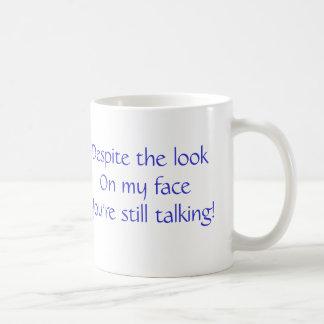 En dépit du regard sur mon visage mug blanc