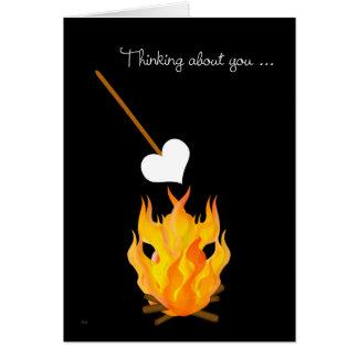 Enfant au camp pensant à vous avec le feu de camp carte de vœux