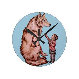Enfant de bande dessinée avec le dessin de loup horloge ronde