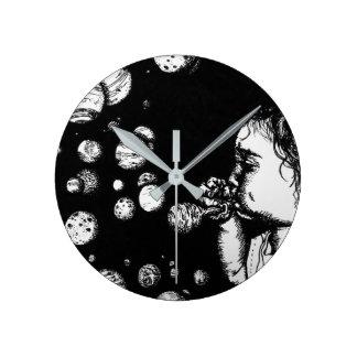 Enfants d'imaginaire de la science fiction avec horloge ronde