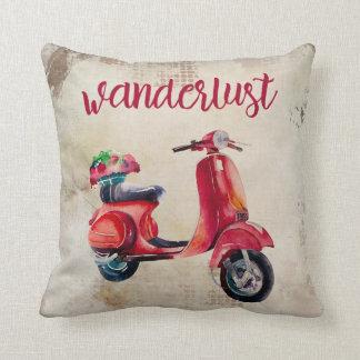 Envie de voyager - chic vintage rouge du scooter   coussin
