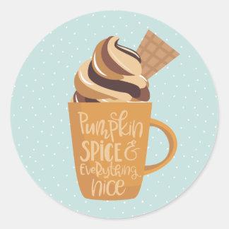 Épice et tout de citrouille Nice Latte Sticker Rond