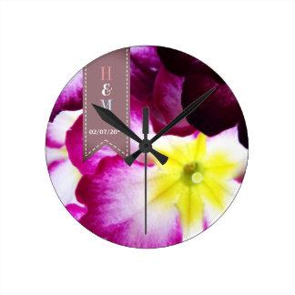 Épouser coloré de fleurs horloge ronde