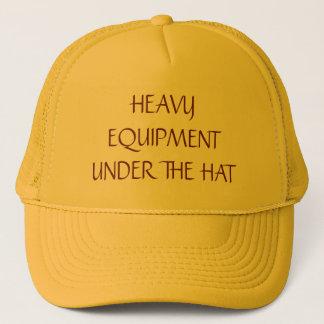 Équipement lourd sous le casquette de camionneur