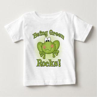 Étant T-shirt vert de roches