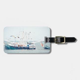 Étiquette À Bagage Bateau bleu de crevette sur l'océan