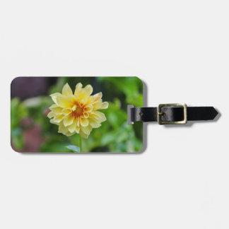 Étiquette À Bagage Fleur jaune sur l'arrière - plan vert