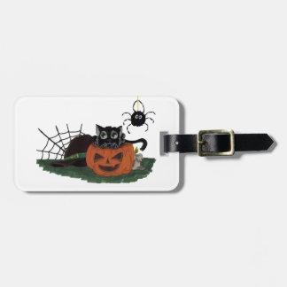 Étiquette À Bagage Le chat noir se repose sur Jack-o'-lantern avec