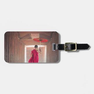 Étiquette À Bagage Moine bouddhiste avec le parapluie rouge