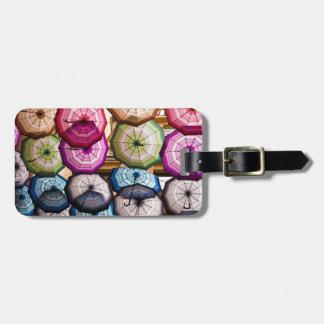 Étiquette À Bagage Parapluies colorés et rayés