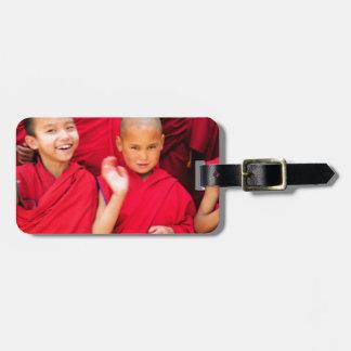 Étiquette À Bagage Petits moines dans des robes longues rouges