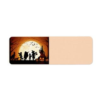 Étiquette Enfants heureux de silhouette de Halloween