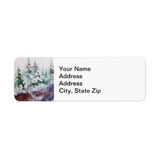 Étiquette La neige d'hiver a couvert des pins, paysage rose