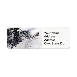 Étiquette Neige d'hiver avec le paysage de froid de troncs