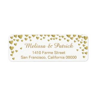Étiquette noms avec des confettis de coeurs d'amour sur le