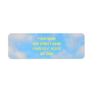 Étiquette Nuages pelucheux sur le ciel bleu-clair