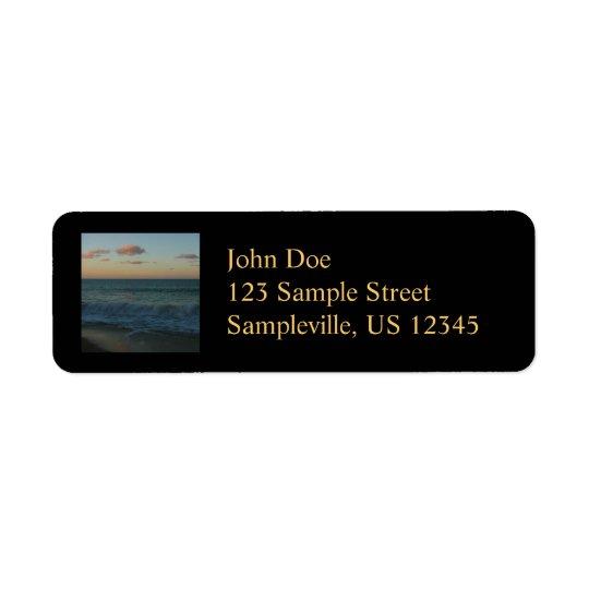 Étiquette Vagues se brisant au paysage de plage de coucher