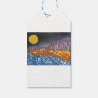 Étiquettes-cadeau Lune jaune au-dessus de paysage métamorphique