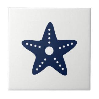 Étoiles de mer bleues sur le carreau de céramique