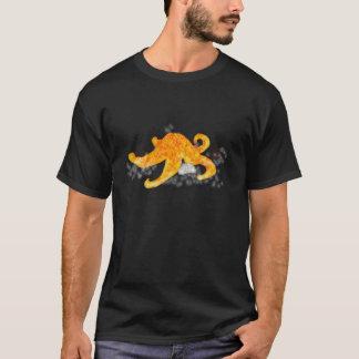 Étoiles de mer oranges sur le T-shirt noir