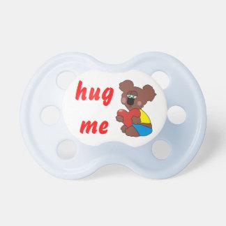 Étreignez-moi tétine mignonne de bébé d'ours de