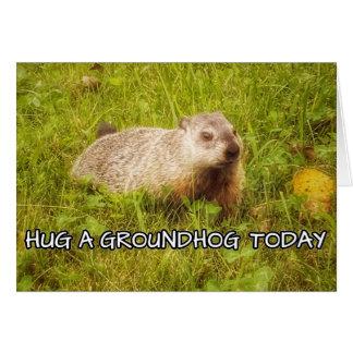 Étreignez une carte de voeux de groundhog