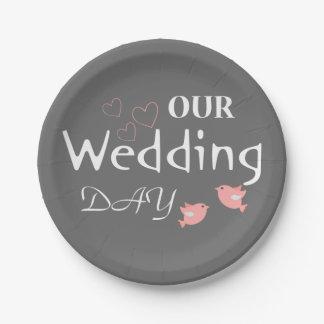 Faire-part gris de mariage de perruches roses - assiettes en papier
