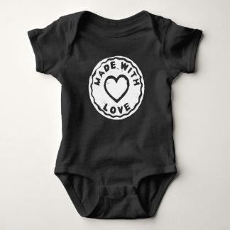 Fait avec la combinaison de bébé de noir de coeur body