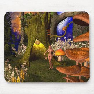 Fée dans une forêt de champignon pendant la nuit tapis de souris
