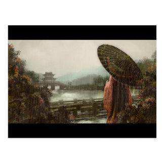 Femme asiatique vintage dans le vêtement carte postale