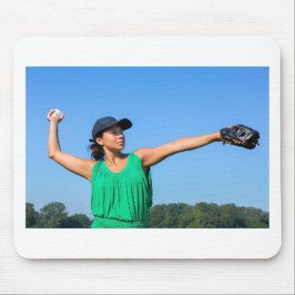Femme avec de gant et de casquette le base-ball de tapis de souris