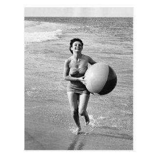 Femme avec du ballon de plage cartes postales