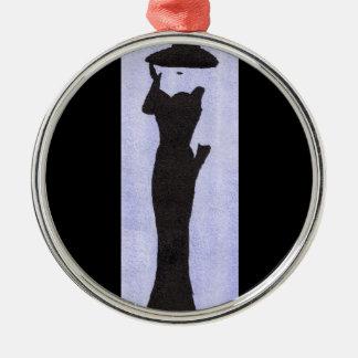 Femme dans le noir ornement rond argenté