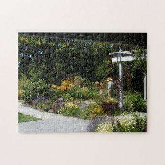 Femme dans le puzzle de jardin