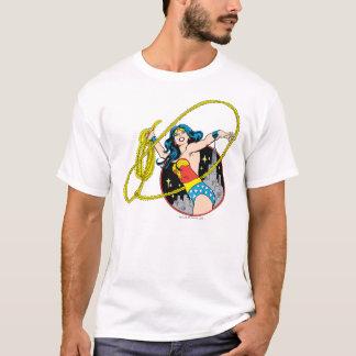Femme de merveille avec l'arrière - plan de ville t-shirt