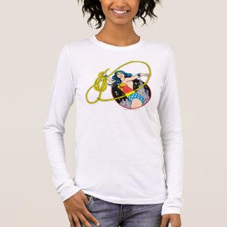 Femme de merveille avec l'arrière - plan de ville t-shirt à manches longues