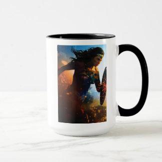 Femme de merveille courant sur le champ de mug