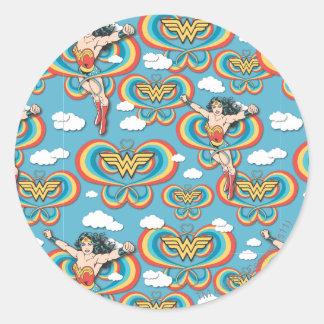 Femme de merveille pilotant le motif élevé sticker rond