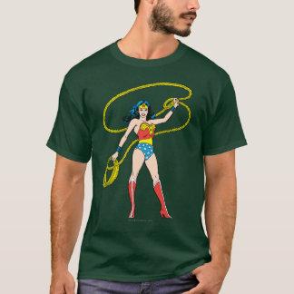 Femme de merveille se tenant avec le lasso t-shirt