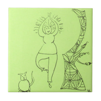 Femme drôle de pose d'arbre petit carreau carré