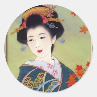 Femme japonaise dans le kimono bleu sticker rond