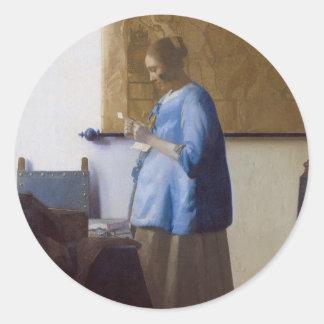 Femme lisant une lettre sticker rond