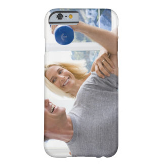 Femme mûre souriant au levage mûr d'homme coque iPhone 6 barely there