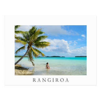 Femme sous une carte postale de Rangiroa de