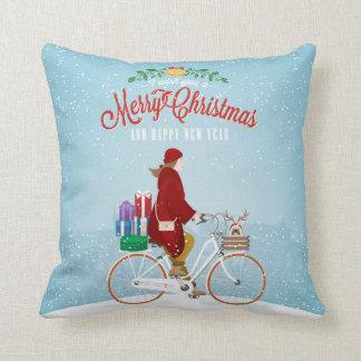 Femme sur le coussin de Noël de bicyclette
