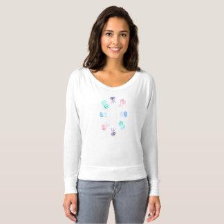 Femmes de méduses outre de T-shirt d'épaule