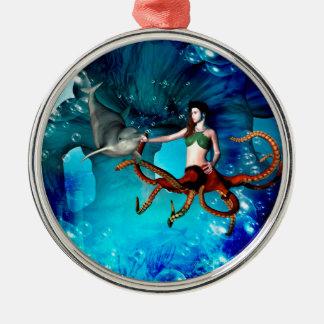 Femmes de poulpe avec le dauphin ornement rond argenté