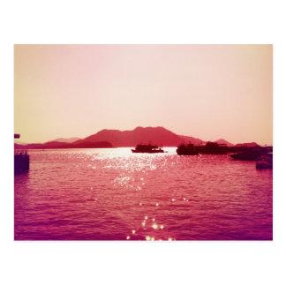 Ferry loin en carte postale éclatante de l'eau