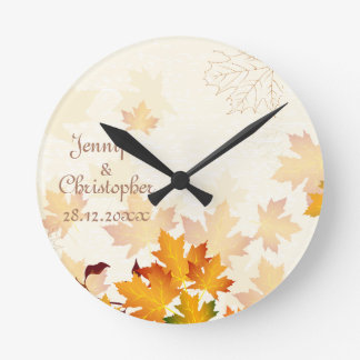 Feuille d'automne d'or épousant le souvenir horloge ronde